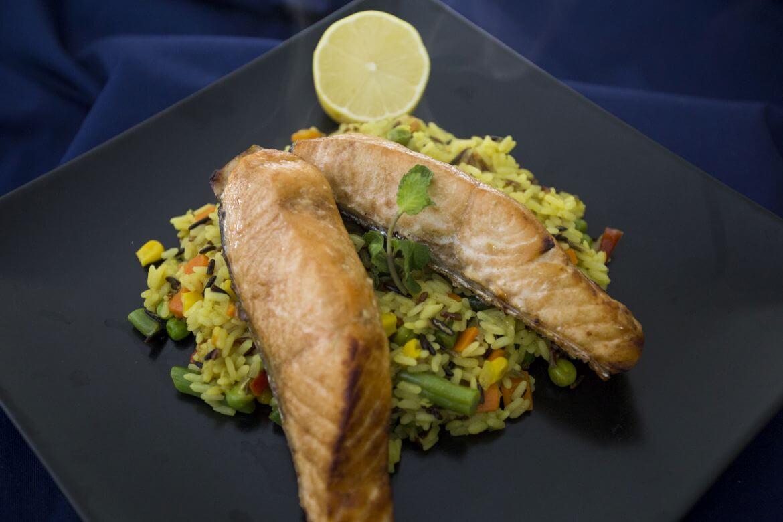 In Bucate - Somon la cuptor si orez cu legume si curcuma Lunch meniu